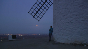 Супер Луната в небето над Испания