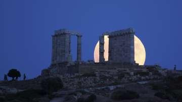 Човечеството видя най-дългото лунно затъмнение от 200 години насам (СНИМКИ)
