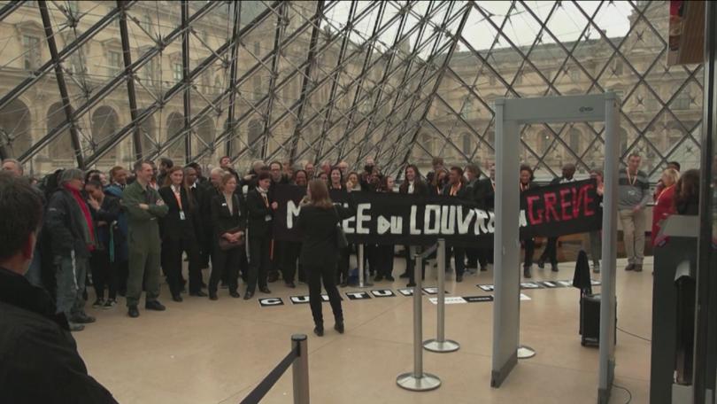 Протести за пенсиите затвориха Лувъра