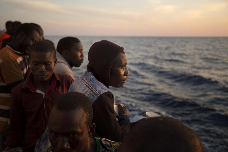 български плавателен съд спасил десетки мигранти егейско море
