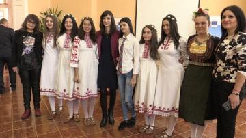 """""""Младите хора в цифровия свят"""": Мария Габриел се срещна с ученици от Кюстендил"""