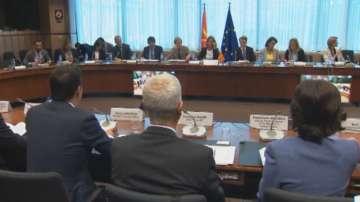Еврокомисарят Йоханес Хан и разговаря с външния министър на Македония