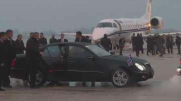 Дипломатически жест: Гръцки външен министър кацна на летището в Скопие