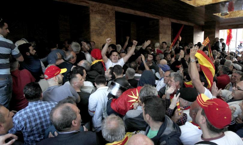 снимка 5 Сблъсъци в парламента в Скопие, Зоран Заев и няколко депутати са леко ранени