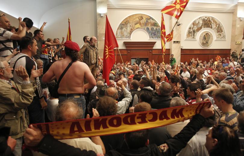 снимка 4 Сблъсъци в парламента в Скопие, Зоран Заев и няколко депутати са леко ранени