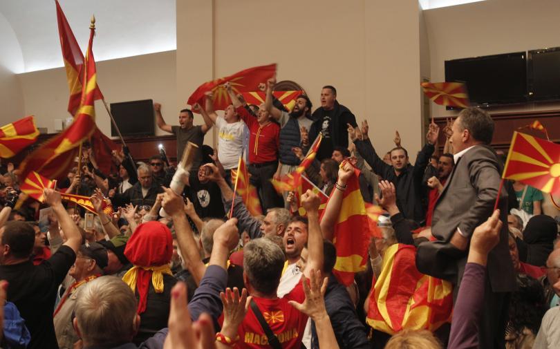 снимка 6 Сблъсъци в парламента в Скопие, Зоран Заев и няколко депутати са леко ранени