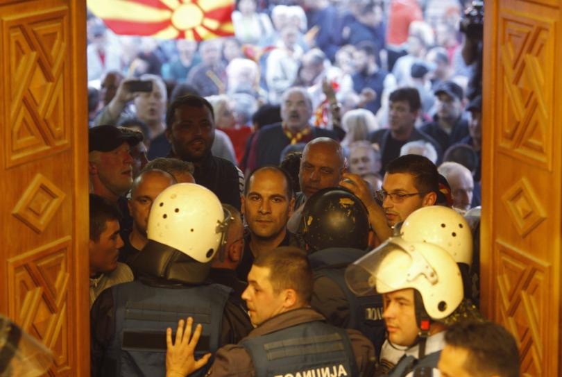 снимка 3 Сблъсъци в парламента в Скопие, Зоран Заев и няколко депутати са леко ранени