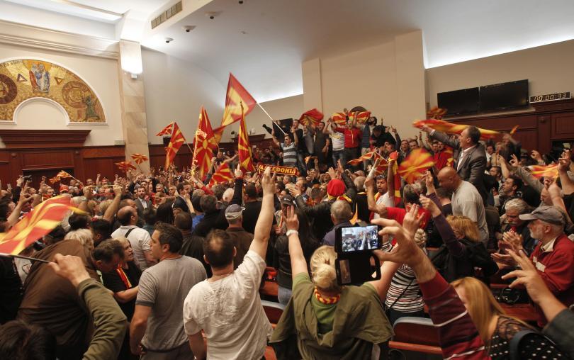снимка 2 Сблъсъци в парламента в Скопие, Зоран Заев и няколко депутати са леко ранени