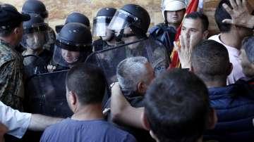 Полицията в Скопие се опитва да изведе от парламента депутатите