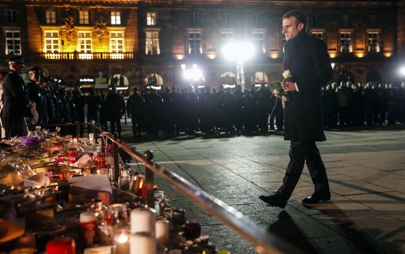 Френският президент Еманюел Макрон постави бяла роза на централния площад