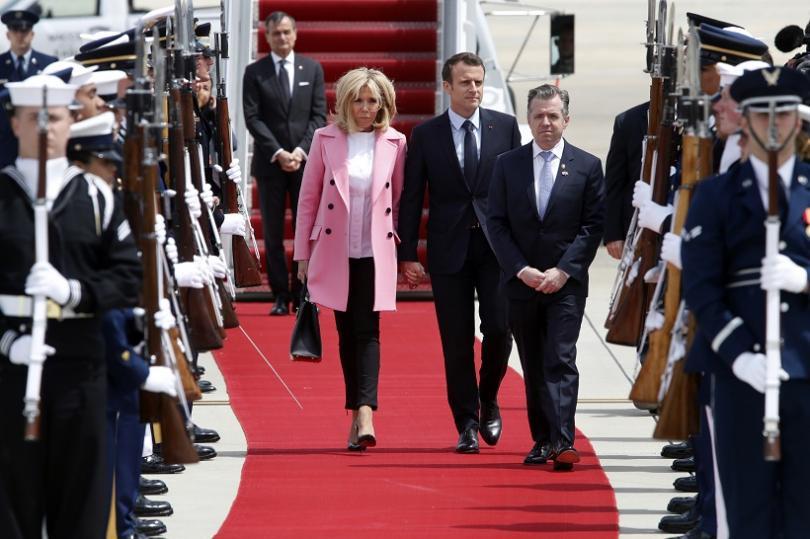 Френският президент Еманюел Макрон и съпругата му Брижит кацнаха пристигна