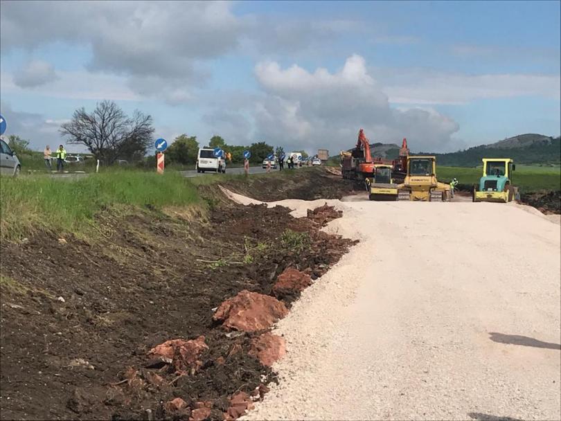 Премиерът Бойко Борисов направи първа копка на строителството на магистрала