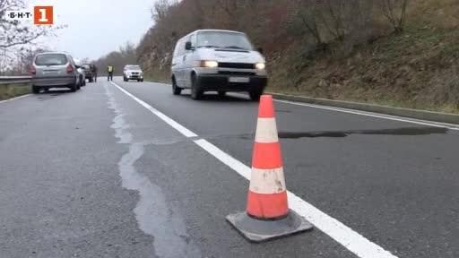Агенция Пътна инфраструктура започнаха проучване на свлачището на международния път
