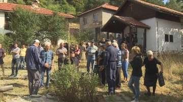 Миряни протестират срещу занемарен манастир в Кладница