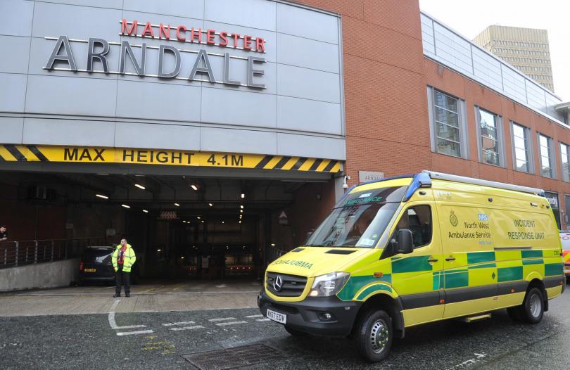 Четирима души бяха ранени при нападение с нож в Манчестър.