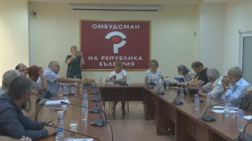 Протестиращи в столични квартали граждани се срещнаха с омбудсмана Мая Манолова