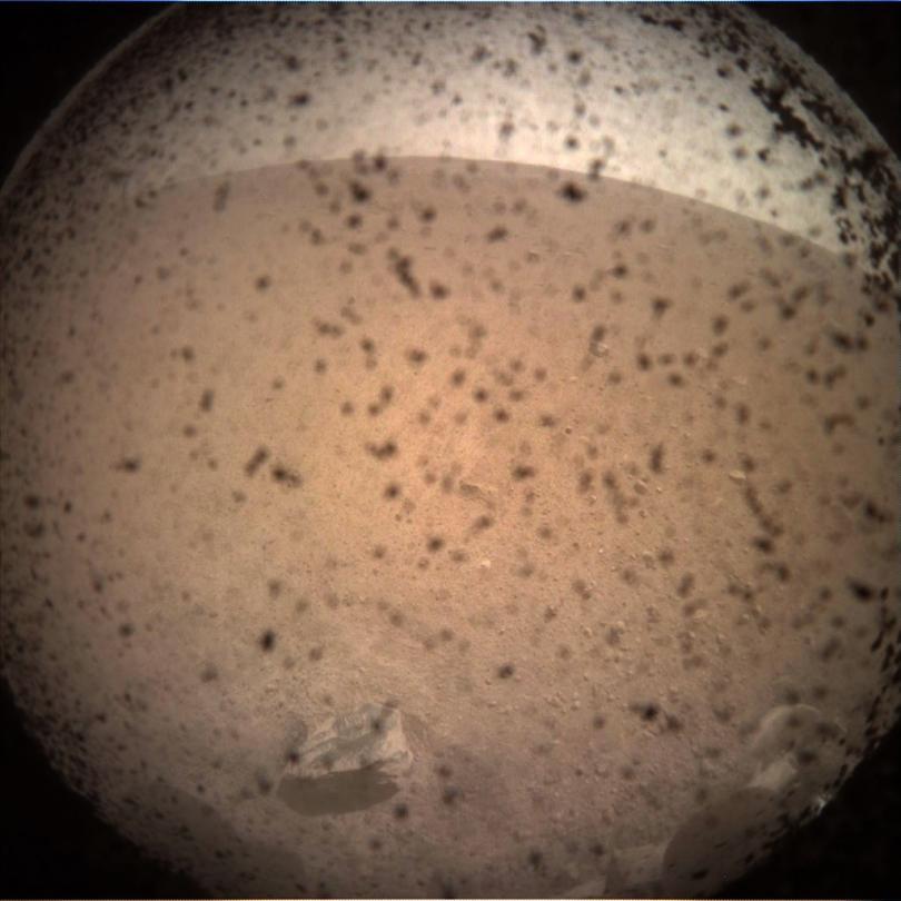 Снимка: Първите снимки на ИнСайт показват обстановката в точката на кацане на Марс