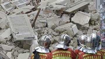 Продължава разчистването на отломките след срутването на сгради в Марсилия