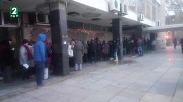 Жена е припаднала след дълго чакане за заявление за продажба на мартеници