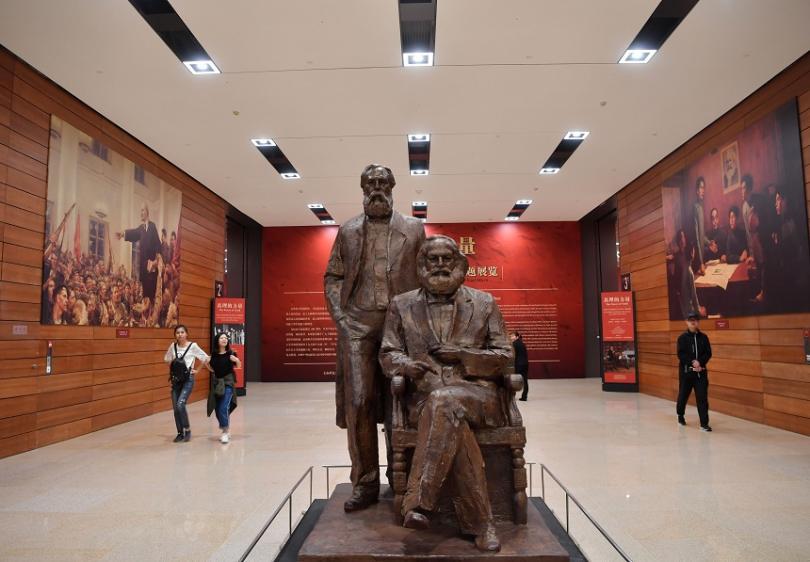 Статуя на Маркс и Енгелс в Националния музей в Пекин