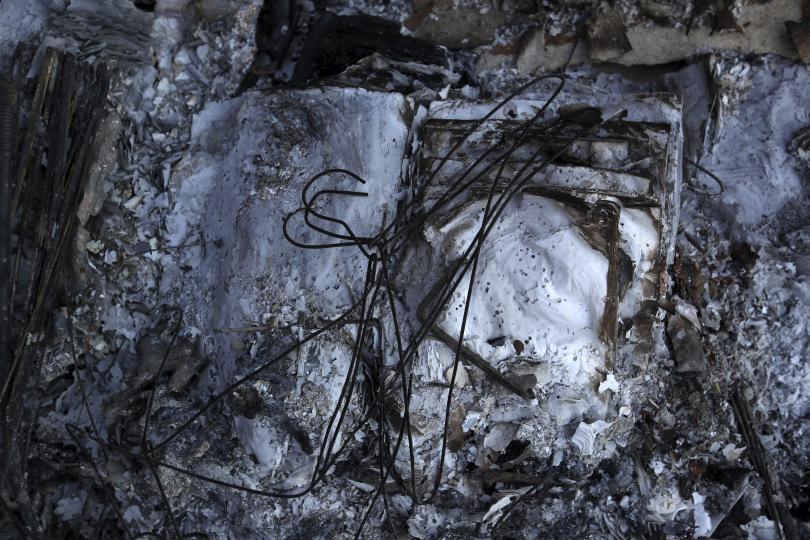 снимка 2 Трагедията отблизо: Под руините на опустошения град Мати (СНИМКИ)