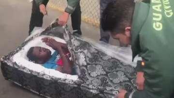 В Испания заловиха имигранти, скрити в матраци