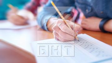 """По """"Вяра"""" на Вапцаров пишат 12-класниците на матурата по БЕЛ"""