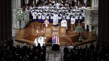 Америка се сбогува със сенатор Джон Маккейн