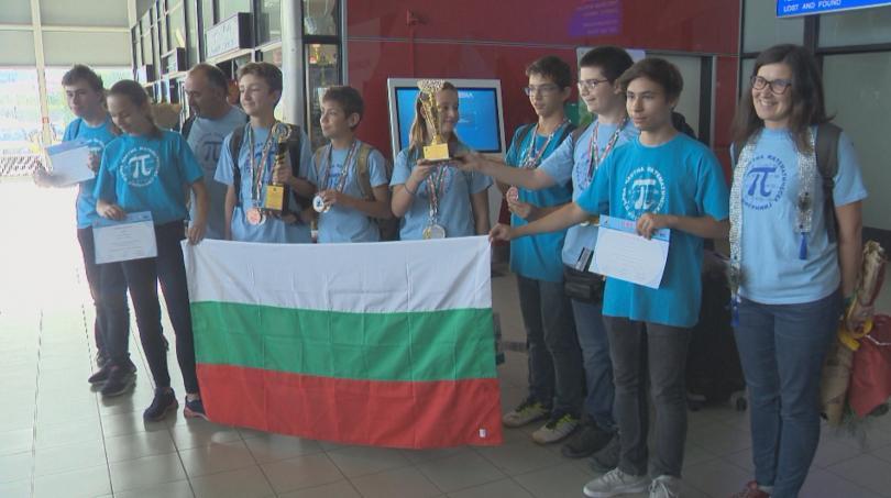 Снимка: 15 медала за български ученици от математическата олимпиада в Индия