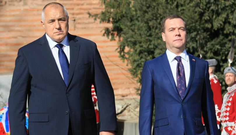 Бойко Борисов посрещна руския премиер Медведев пред паметника на Незнайния воин
