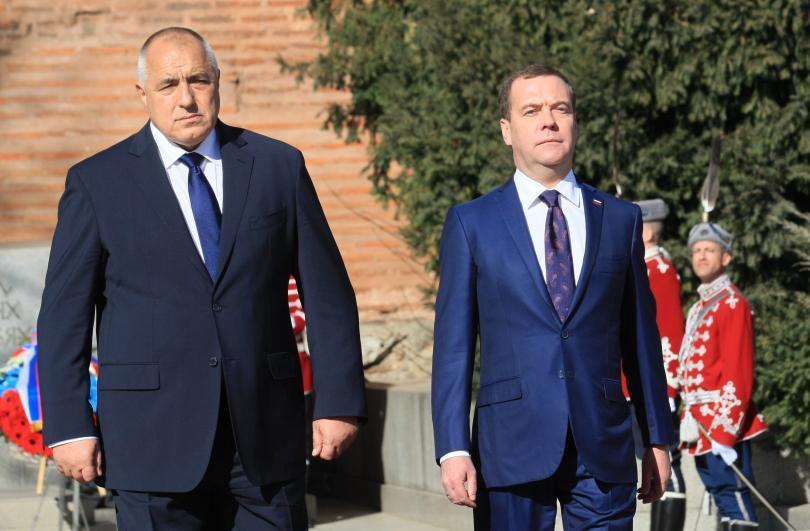 снимка 1 Бойко Борисов посрещна руския премиер Медведев пред паметника на Незнайния воин