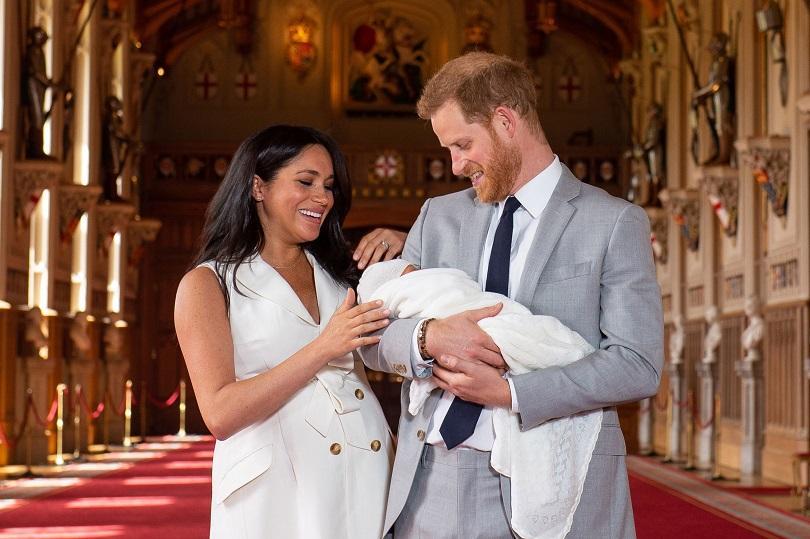 принц хари меган маркъл пропускат кралски ритуали кръщенето бебето