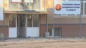 Задържаха младежите, нахлули с бухалки в Механотехникума в София