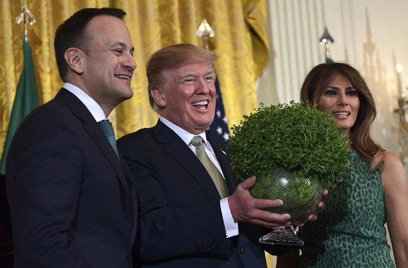 Ирландският премиер Лео Вардакар подари саксия с детелини на Доналд