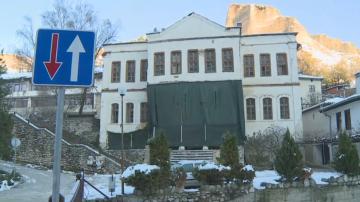Старият конак в Мелник от години тъне в разруха