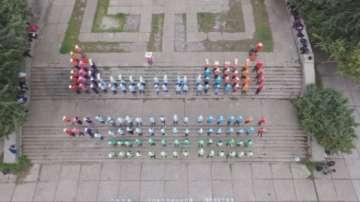 Гигантска Менделеева таблица подредиха ученици от Варна