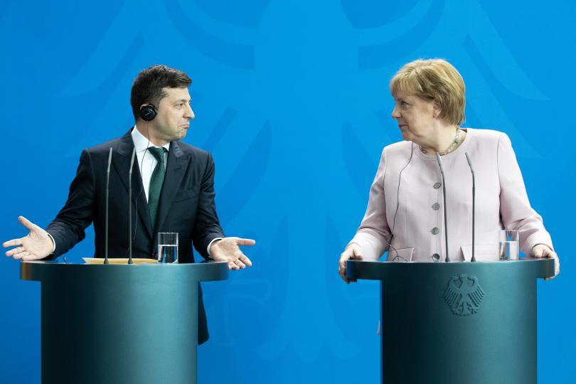 Германия се тревожи за състоянието на канцлера. Ангела Меркел посрещна