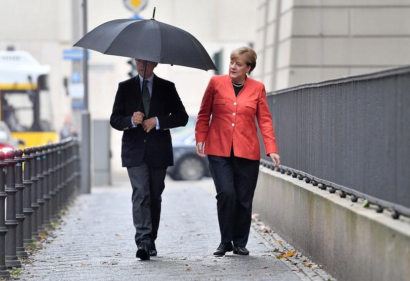 меркел гласува заедно съпруга