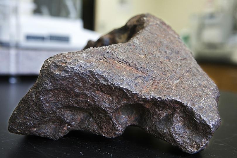 Огромна скала, използвана в продължение на години като стопер за