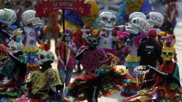 Близо 1 млн. души дефилираха в Мексико за Деня на мъртвите