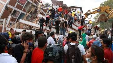 Десетки сгради се срутиха в Мексико при силното земетресение (ВИДЕО+СНИМКИ)