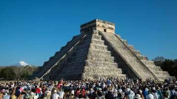 Хиляди посрещнаха пролетното равноденствие край пирамидите на маите (СНИМКИ)
