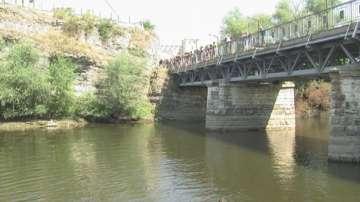 Десетки се спуснаха с въздушния тролей в река Искър при Мездра