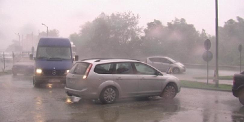 Близо час този следобед пороен дъжд валя в Мездра и