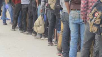 Задържаха 17 нелегални мигранти в бус край Септември