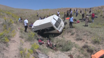 Десетки ранени и загинали след като микробус с мигранти се преобърна в Турция