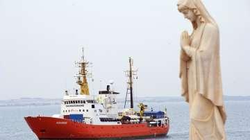 Корабът Акуариус, който спасяваше мигранти, прекратява операциите си