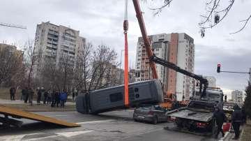 Микробус се преобърна и премаза кола в София, по чудо няма тежко ранени