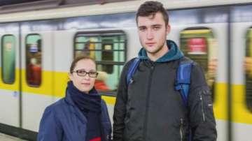 Млад мъж рискува живота си и спаси дете, паднало на релсите в метрото в...