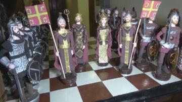 Учителка изработва миниатюри, пресъздаващи значими дати от българската история